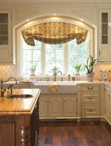 Dressing up the surrounding area can give a humble fireclay sink a more sophisticated appearance (by Hendel Homes)