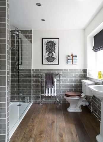 It's easy to give a classic cottage style bathroom an industrial twist, just by adding a few more urban-inspired elements (by Interior Therapy)