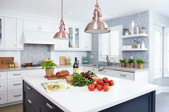 In 2020, kitchen cabinets have found the right balance between the trends of the last several years: a few open shelves for display, some glass-fronted cabinets for a feeling of openness, and well-organized closed cabinets for actual storage (by Sealy Design Inc.)